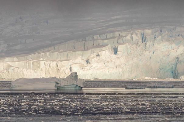Gerlache Strait. Den antarktiske iskappe dækker 98 % af kontinentet og er verdens største sammenhængende ismasse. Verdensdelen er et vildnis, der vrimler med liv.